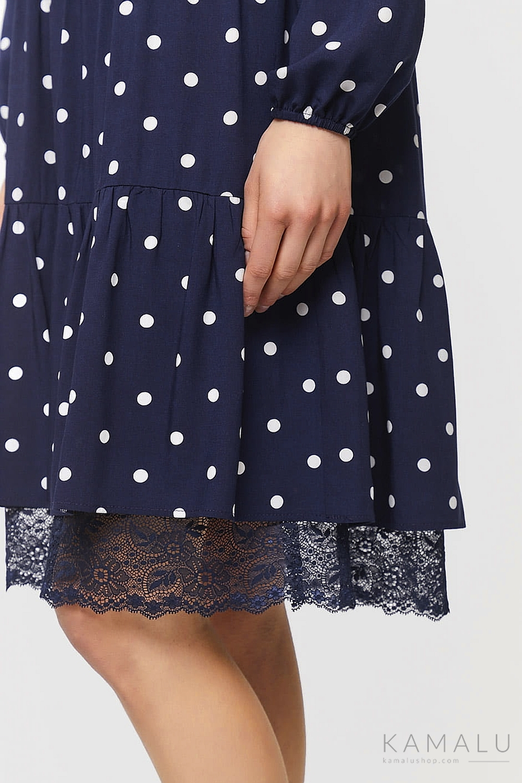 Knielanges, dunkelblau, weiß gepunktetes Kleid mit Spitze-Details und langen Ärmeln.