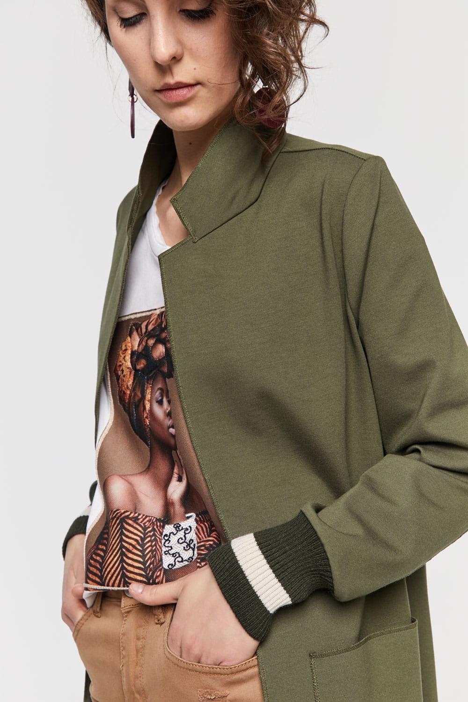 Khaki-farbener Blazer mit Ärmelbündchen und aufgesetzten Taschen