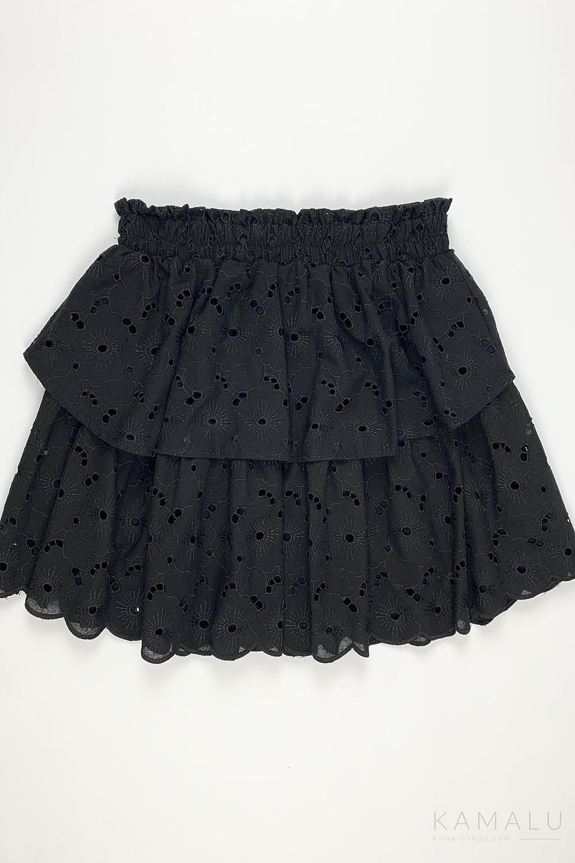 Schwarzes Baumwoll-Set mit Lochstickerei bestehend aus kurzem Rock und einer Bluse mit langen Ärmeln.