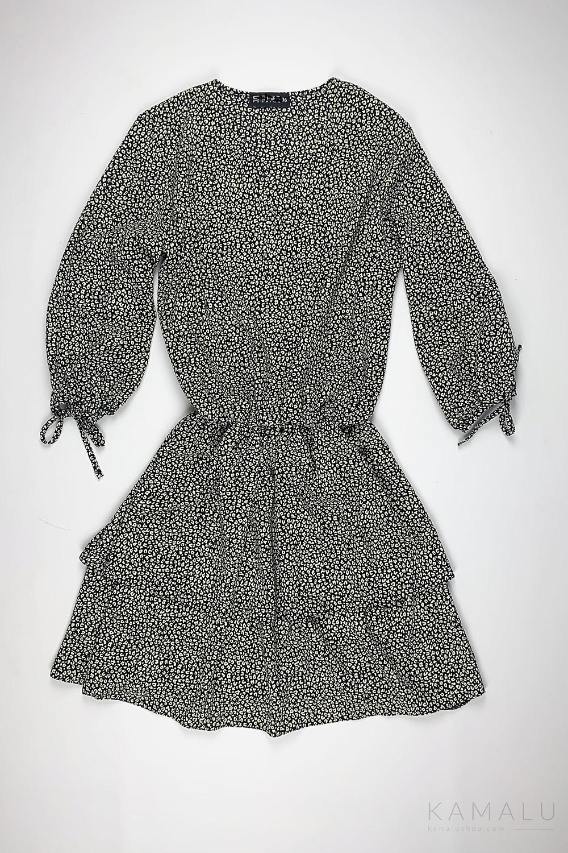 Kurzes Kleid mit zwei Reihen Volants und einem V-Ausschnitt. In der Taille ein Gummizug. Farbe: schwarz/weiß gemustert