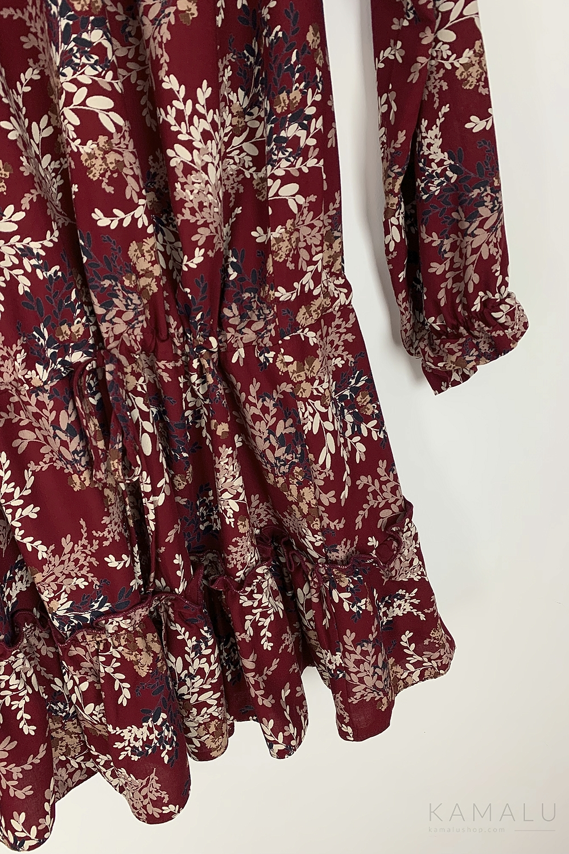 Kurzes , dunkelrotes Kleid mit orientalischem Blumenmuster und langen Ärmeln