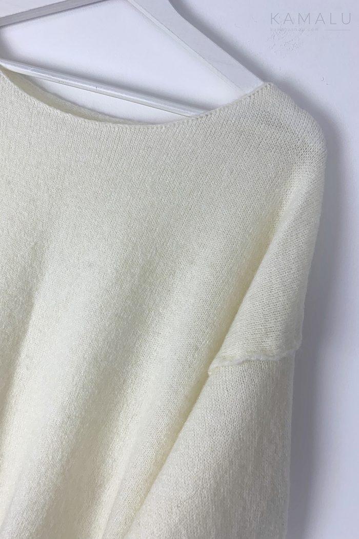 Cremeweißer Feinstrickpullover mit U-Boot Ausschnitt aus italienischer Mohairwolle.
