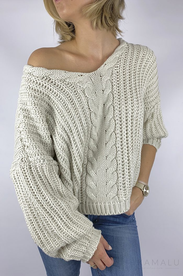 Warmer, grob gestrickter Pullover mit einem Zopfstrick mittig, einem einem V-Ausschnitt und langen Ärmeln. Farbe: Beige