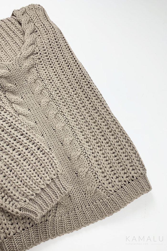 Warmer, grob gestrickter Pullover mit einem Zopfstrick mittig, einem einem V-Ausschnitt und langen Ärmeln.  Farbe: Cappuccino