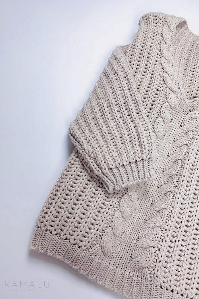 Warmer, grob gestrickter Pullover mit einem Zopfstrick mittig, einem einem V-Ausschnitt und langen Ärmeln.  Farbe: Puderrosa