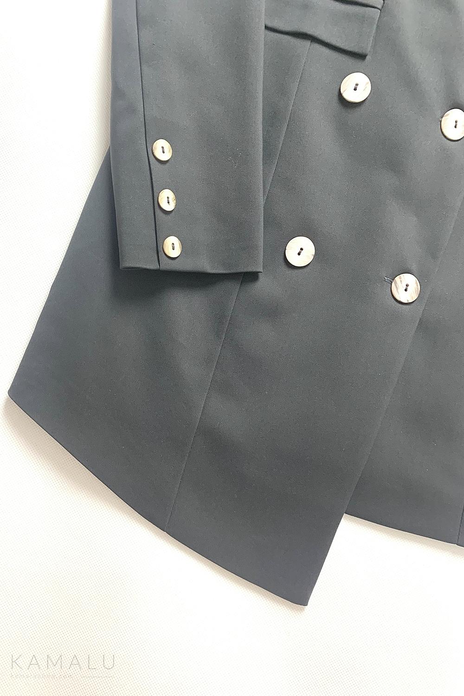 Ausschnitt eines graphitblauen Blazers mit doppelter Knopfleiste