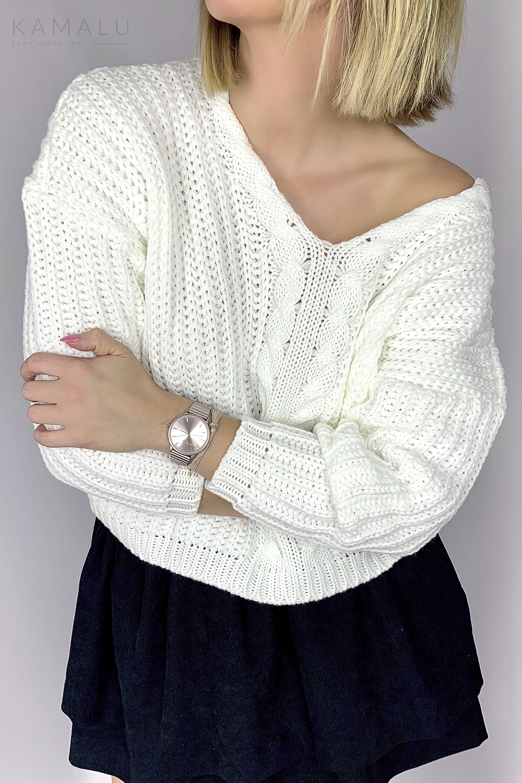 Weißer Strickpullover mit einem Zopfstrick