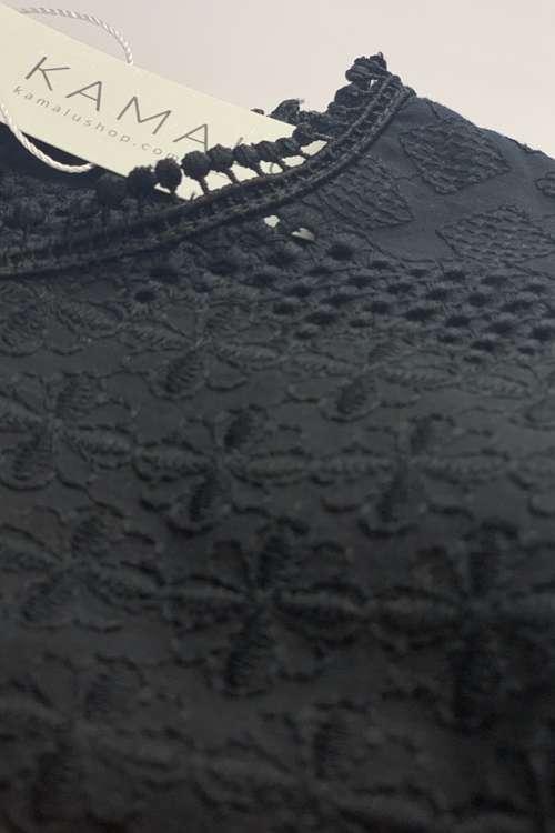 Schwarze, langärmlige Bluse mit Lochstickerei